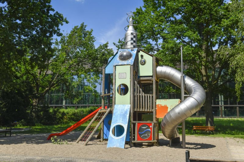 Der Spielplatz direkt neben dem FEZ ist nicht der einzige, der Kinderherzen im Volkspark Wuhlheide höher schlagen lässt.