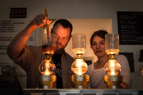 Das sind keine Alchemisten sondern die Kaffeeexperten im Chapter One. Foto: Harry Schnitger