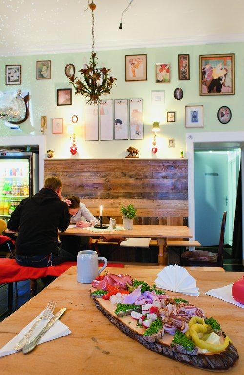 Restaurant Innenansicht vom Tisch mit Jausenplatte im Vordergrund und Besteck: das Restaurant Mutzenbacher in Friedrichshain ist noch offen.