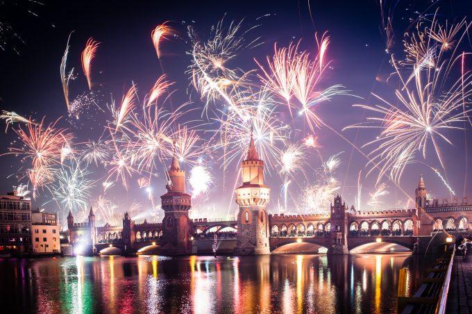Silvesternacht an der Oberbaumbrücke: Das neue Jahr wird fast überall auf der Welt mit einem Feuerwerk begrüßt.Bild: Fotolia, © licht75