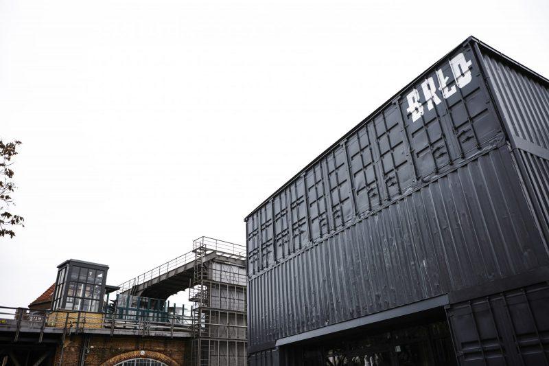 Der Biergarten des BRLO Brwhouse ist geöffnet für Takeaway. Drinks to go in Berlin