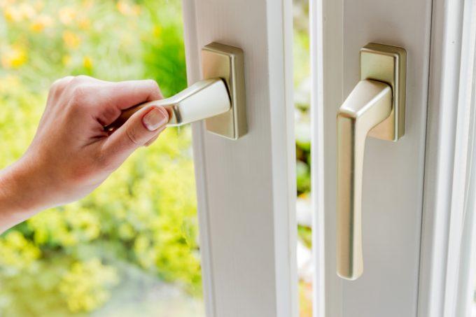 Terrassentür und Fenstergriffe ohne Schließzylinder sind leicht zu öffnen – dafür braucht es nur einen Schraubenzieher.