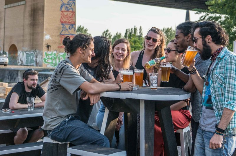 Direkt im Park am Gleisdreieck betreibt die BRLO-Brauerei einen sympathischen Restaurant-Biergarten. Einer der schönen Biergärten in Berlin.