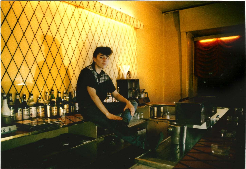 Clubs in West-Berlin: Wo die Genialen Dilletanten die Nächte zum Tag machten – Maria Zastrow hinter dem Tresen im Risiko. Foto: Petra Gall