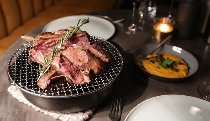 Steak auf Grillplatte im Restaurant To The Bone. Aufgrund von Corona hat der Besitzer eine Onlineplattform zum Einkaufen gestartet.