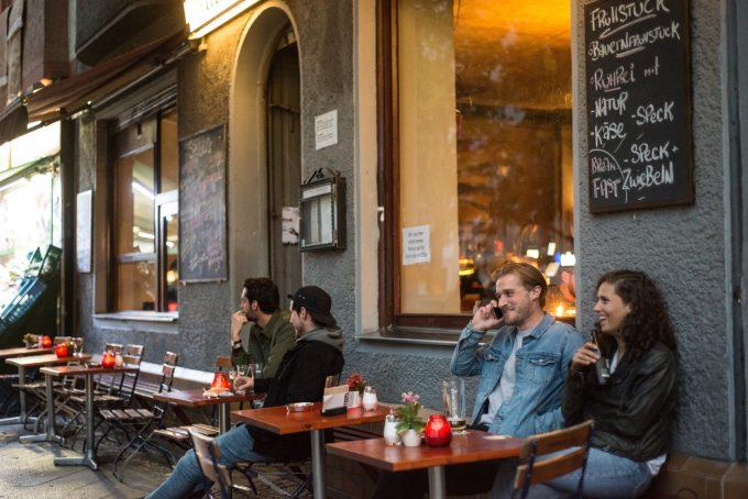 Die Hipster vor dem Beuster und die Boys aus der Neuköllner Hood: Noch lebt es sich an der Sonnenallee vor allem im Nebeneinander, doch an Orten wie der syrischen Konditorei Damaskus schmeckt es längst der ganzen StadtFoto: F. Anthea Schaap