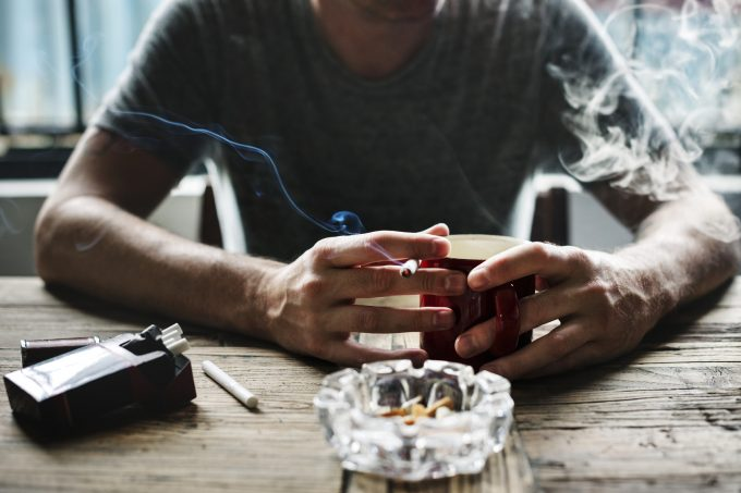 Nikotin in Zigaretten hemmt die Abwehrkräfte und können Erkältungen fördern. Foto: Fotolia.com © Rawpixel.com # 170802226