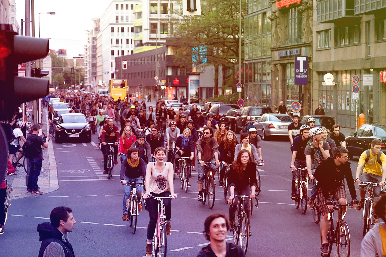 Fahrradfahrer*innen auf der Straße bei Critical Mass-Fahrt.