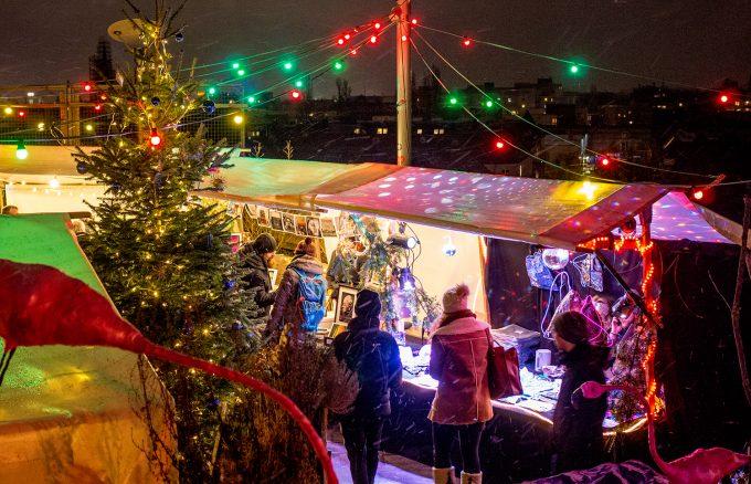Himmlische Höhenluft: Auf dem Weihnachtsmarkt im Klunkerkranich gibt's tolle Aussichten. Und Handwerkliches. Foto: Julian Nelken