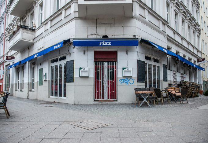 Der Fall Rizz Jüngere Berliner*innen, werden das Café Rizz in der Grimmstraße im Gaefekiez wohl erst seit der vergangenen Fußball-WM kennen. Via Twitter hatte Wirtin Birgit Huster jedweden rechten Gedankenträgern Hausverbot erteilt und dabei die AfD explizit eingeschlossen, woraufhin André Poggenburg, damals AfD-Landeschef in Sachsen-Anhalt, wütend gegen das Rizz wetterte. Für ein paar Tage war das 1982 eröffnete Lokal so deutschlandweit in den Medien. Beliebt war das Café Rizz vor allem für seine Fußballübertragungen. Das passt: Kollektives Fußballschauen ist wohl einer der letzten Momente, in denen sich ein Kiez noch klassen- und milieuübergreifend in der Kneipe trifft. Das Rizz wurde zum 23. Dezember geschlossen. Die daraus resultierende Aufmerksamkeit in den Medien wie in den Sozialen Medien erzählt von gefühlten wie tatsächlichen Gentrifizierungsprozessen. So ist etwa auch der Mietvetrag der queeren Schöneberger Kiezkneipe Hafen zum Jahresende gekündigt worden. Foto: FA Schaap