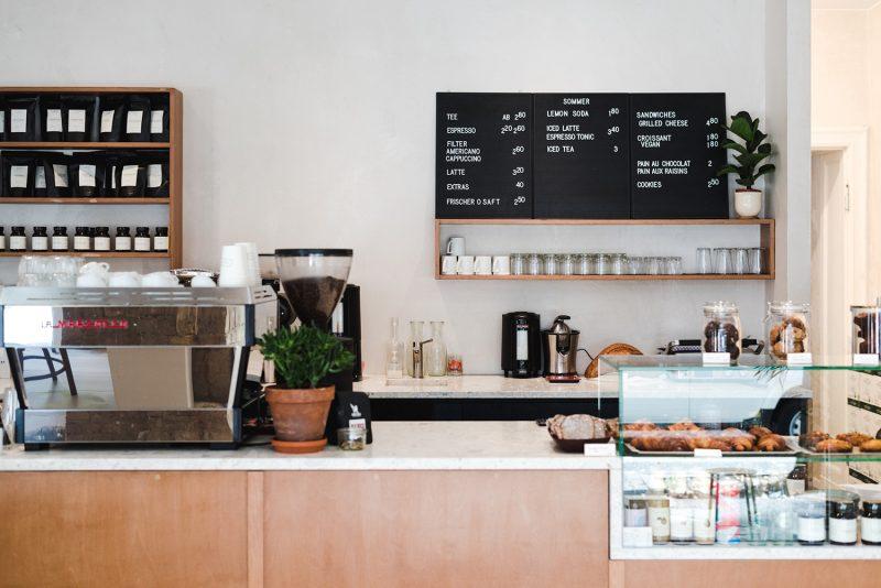 Blick auf Theke im Café Companion, ein Café und Restaurant in Neukölln, das noch offen ist