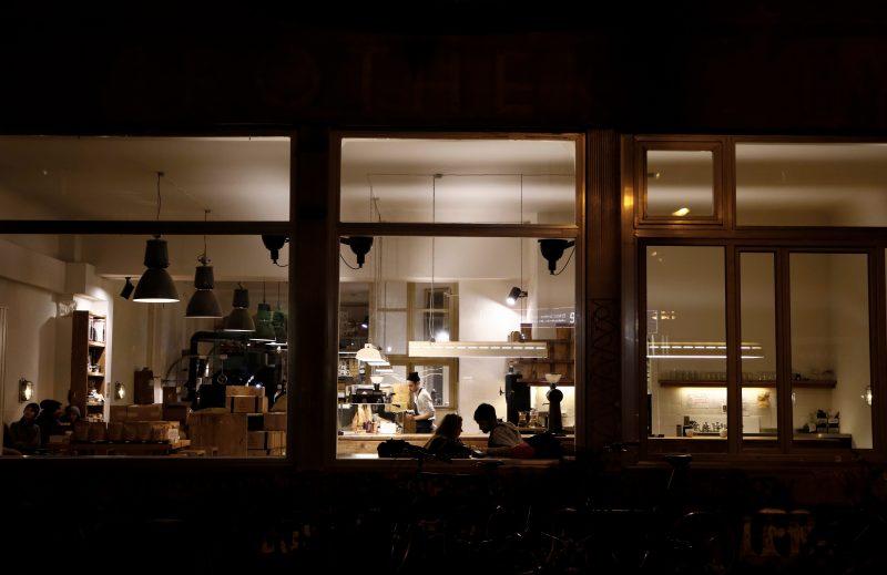 Blick auf The Barn Rösterei im Dunklen, Rösterei erleuchtet. Das Restaurant in Mitte ist noch offen.