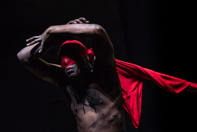 "Szene aus Lia Rodrigues' furioser Choreografie ""Fúria / Wut"" – Foto: Sammi Landweer"