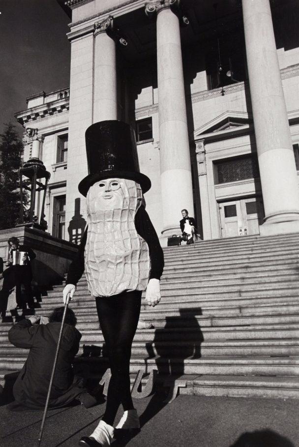 Bob Strazicich, Mr. Peanut Mayoral Campaign: Mr. Peanut descends steps of Vancouver Court House, 1974, Silbergelatine-Druck, Sammlung des Morris/Trasov-Archivs, Morris and Helen Belkin Art Gallery, University of British Columbia