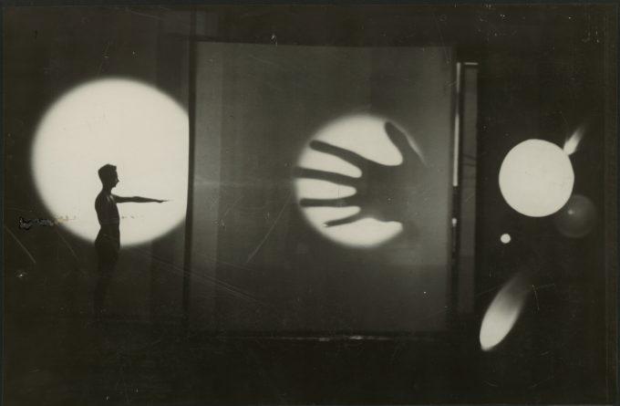 T. Lux Feininger Bauhausbühne Dessau: Lichtspiel von Oskar Schlemmer mit dem Tänzer und Pantomimen Werner Siedhoff, 1928 Silbergelatinepapier © Staatliche Museen zu Berlin, Kunstbibliothek © Estate of T. Lux Feininger