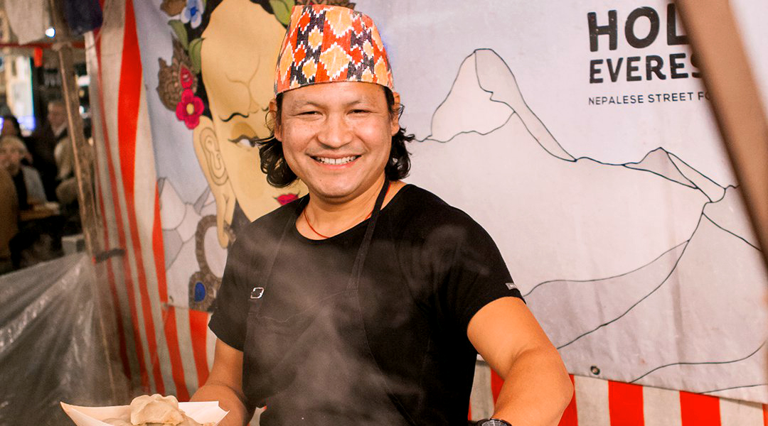 Zjesh Lama an seinem Stand in der Markthalle Neun wo er seine Momos, Dumplings, in Berlin verkauft