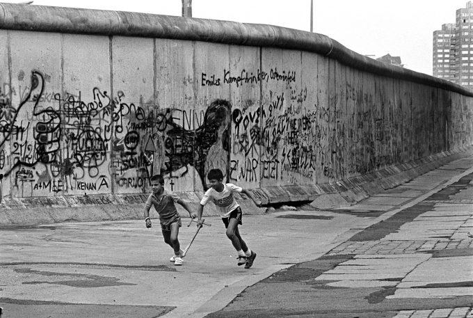 1986 – Kinder spielen an der Berliner Mauer in Berlin-Kreuzberg. Foto: imago images / Peter Homann
