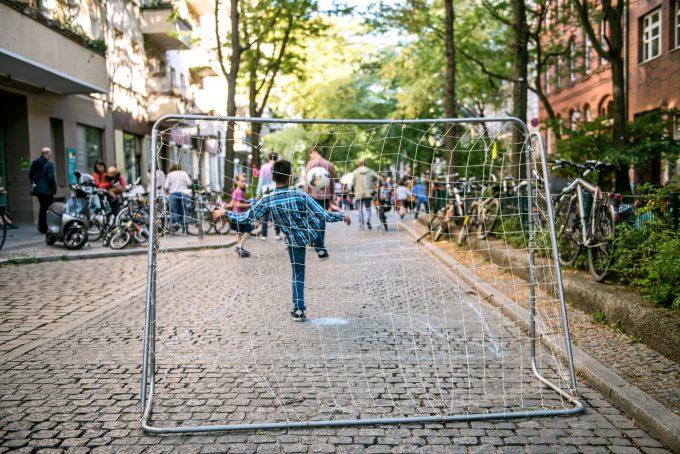 Immer Mittwoch Nachmittags wir die Böckstrasse in kreuzberg zur Spielstrasse.