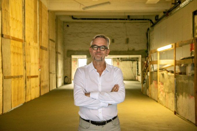 Der Estrich ist frisch drauf: BE-Intendant Oliver Reese im noch unfertigen Foyer der neuen Zweitspielstätte Neues Haus – Foto: F. Anthea Schaap