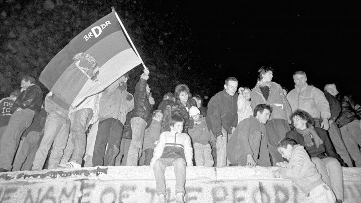 Berliner Mauer 1989 Nach Öffnung der Grennzen durch die DDR am 9.11.89 feiern Ost- und Westberliner auf der Mauer am Brandenburger Tor - 10.11.89 *** Berlin Wall 1989 After opening of the Grennzen by the GDR on 9 11 89 East and West Berlin celebrate on the wall at the Brandenburg Gate 10 11 89