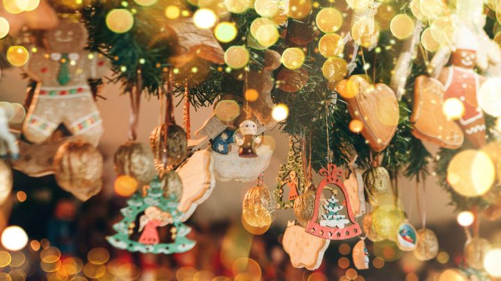 Beautiful Christmas decorations with ginger cookies and other festive toys. Christmas background. | Foto: franz12 / stock.adobe.com