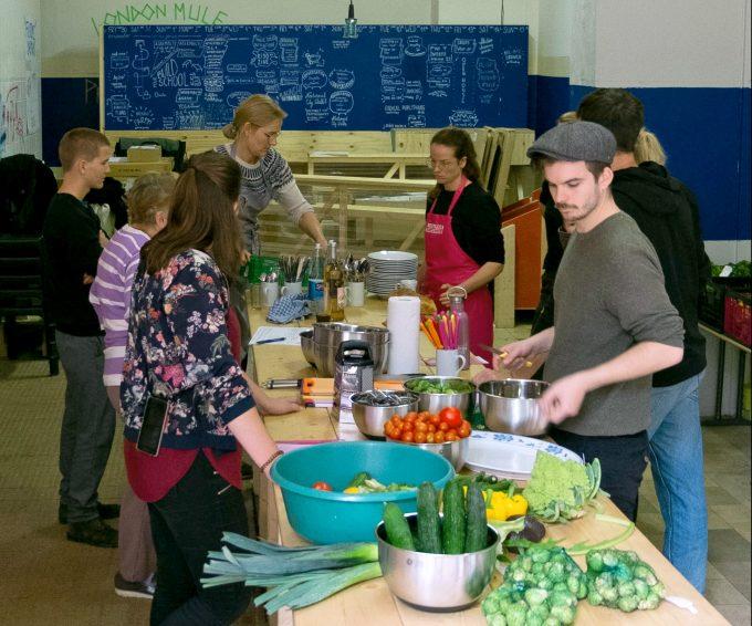 Beim Kochen mit geretteten Zutaten wurde unser Autor (hinten links im Bild) positiv überrascht.