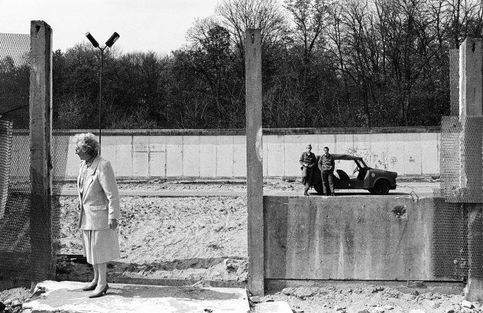 Grenzstreifen zwischen den Mauern Deutschland, Berlin, 22.04.1990, Grenzstreifen zwischen den Mauern bei Frohnau, Grenztrappi mit Grenzsoldaten, Berlin-Frohnau,  Border between the Walls Germany Berlin 22 04 1990 Border between the Walls at Frohnau  with Border guards Berlin Frohnau