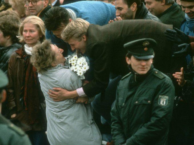 Ein junger Mann begruesst am Deutsch-Deutschen Grenzuebergang in der Menschenmasse eine Aeltere Frau. Berlin, 09.11.1989, Â Berlin Deutschland PUBLICATIONxINxGERxSUIxAUTxONLY Copyright: xThomasxImox  a young Man welcomed at German German Frontier in the Crowd a older Woman Berlin 09 11 1989 â Berlin Germany PUBLICATIONxINxGERxSUIxAUTxONLY Copyright xThomasxImox