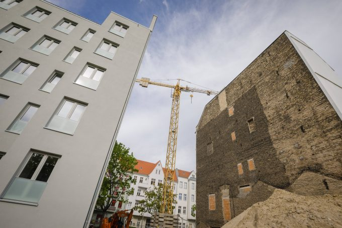 Symbolfoto zum Thema Wohnungsbau. In einer Bauluecke zwischen zwei Wohnhaeusern werden neue Eigentumswohnungen errichtet. Berlin, 30.04.2019. Berlin Deutschland *** Symbol photo on the subject of residential construction New owner-occupied apartments are being built in a gap between two apartment buildings Berlin 30 04 2019 Berlin Germany PUBLICATIONxINxGERxSUIxAUTxONLY Copyright: xThomasxTrutschel/photothek.netx