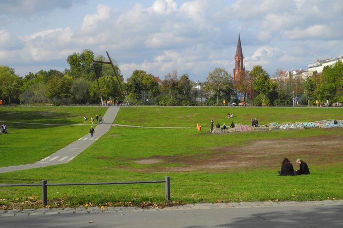 Polizei-Praesenz soll im Goerlitzer Park wegen der Drogen-Dealer verstaerkt werden. *** Police presence to be strengthened in Goerlitzer Park because of drug dealers