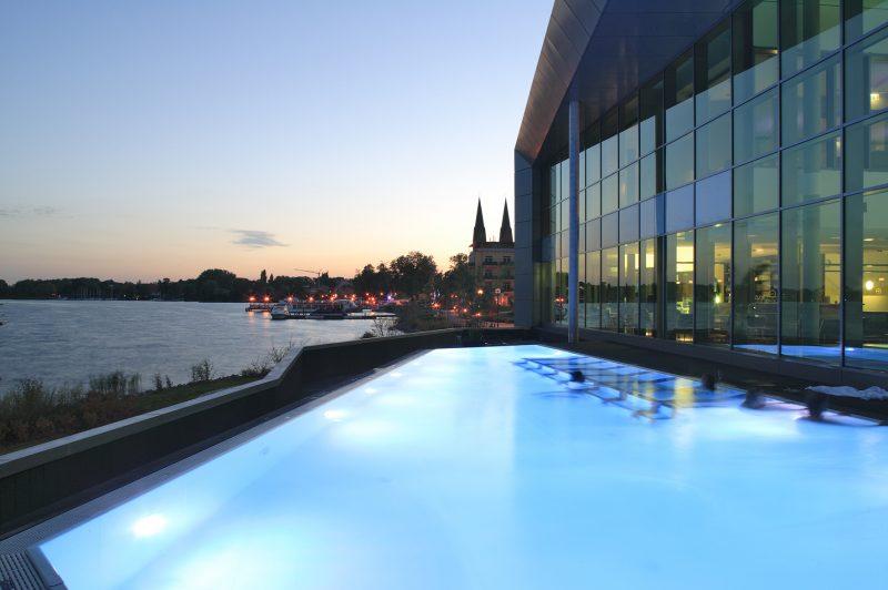 Wellness in Brandenburg und Deutschlands größte schwimmende Seesauna bietet die Fontane Therme Neuruppin.