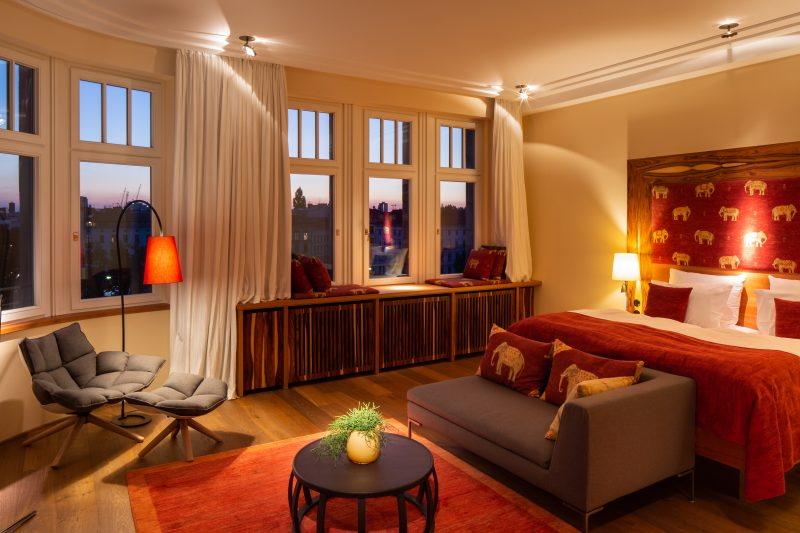 Die mit großen Fensterfronten ausgestatteten Zimmer im Hotel Orania sind hell und wohnlich gestaltet und in vielen Ecken finden sich orientalische Elefantenmotive.