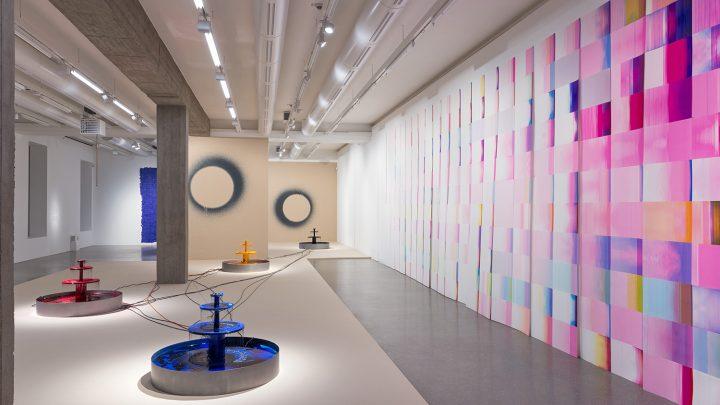 """Ausstellungsansicht: im Vordergrund die Arbeit """"Infinite Energy, Finite Time"""""""