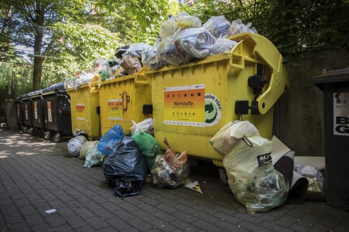 Ueberfuellte Muellcontainer stehen an einer Sammelstelle in Berlin, 08.06.2018. Berlin Deutschland  Overfilled garbage containers are at a collection point in Berlin 08 06 2018 Berlin Germany PUBLICATIONxINxGERxSUIxAUTxONLY Copyright: xFlorianxGaertner/photothek.netx