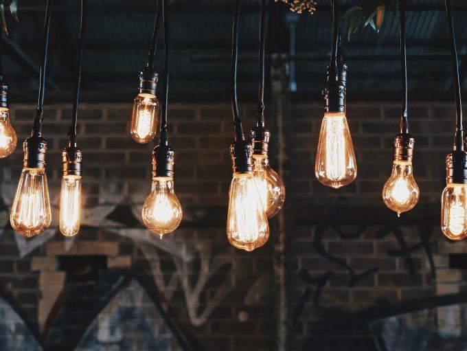Edison Lampen machen sich besonders gut, wenn man seine Wohnung im Loft-Stil einrichten will. © unsplash.com, Patrick Tomasso