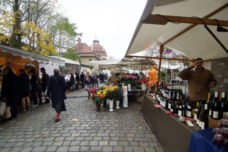Der Wochenmarkt am Mexikoplatz versorgt Zehlendorf weiterhin.