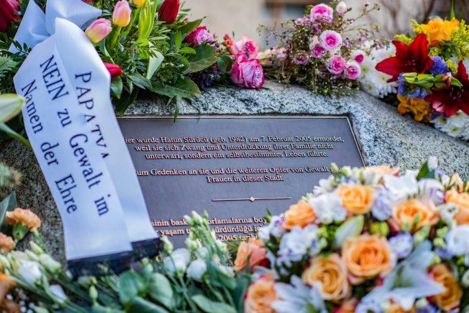 Bilder des Tages Hatun S¸r¸c¸ Gedenken in Berlin Berlin Ehrenmord Gedenken an Hatun Sueruecue Gedenken an Ehrenmord-Opfer Hatun Sueruecue in Berlin. Am Mittwoch den 7. Februar 2018 wurde in Berlin-Tempelhof der am 7.2.2005 ermordeten Deutsch-Kurdin Hatun Sueruecue gedacht. Die 21jaehrige Frau wurde vor 13 Jahren von ihrer Familie ermordet, weil sie sich nicht an die traditionellen Werte gehalten hat. Sie hatte eine Ausbildung zur Elektroinstallatoerin gemacht hat und mit ihrem unehelichen Kind ein selbstbestimmtes Leben fuehren wollen. Der Mord wurde in Abstimmung mit der Familie von ihren Bruedern durchgefuehrt, als Taeter wurde der damals minderjaehriger Bruder vorgeschickt. Zwei Brueder fluechteten in die Tuerkei und wurden dort aus Mangel an Beweisen freigesprochen. 7.2.2018, Berlin *** Berlin memory honor killing Hatun Sadat Memorial to honor killing in Berlin Tempelhof Ha