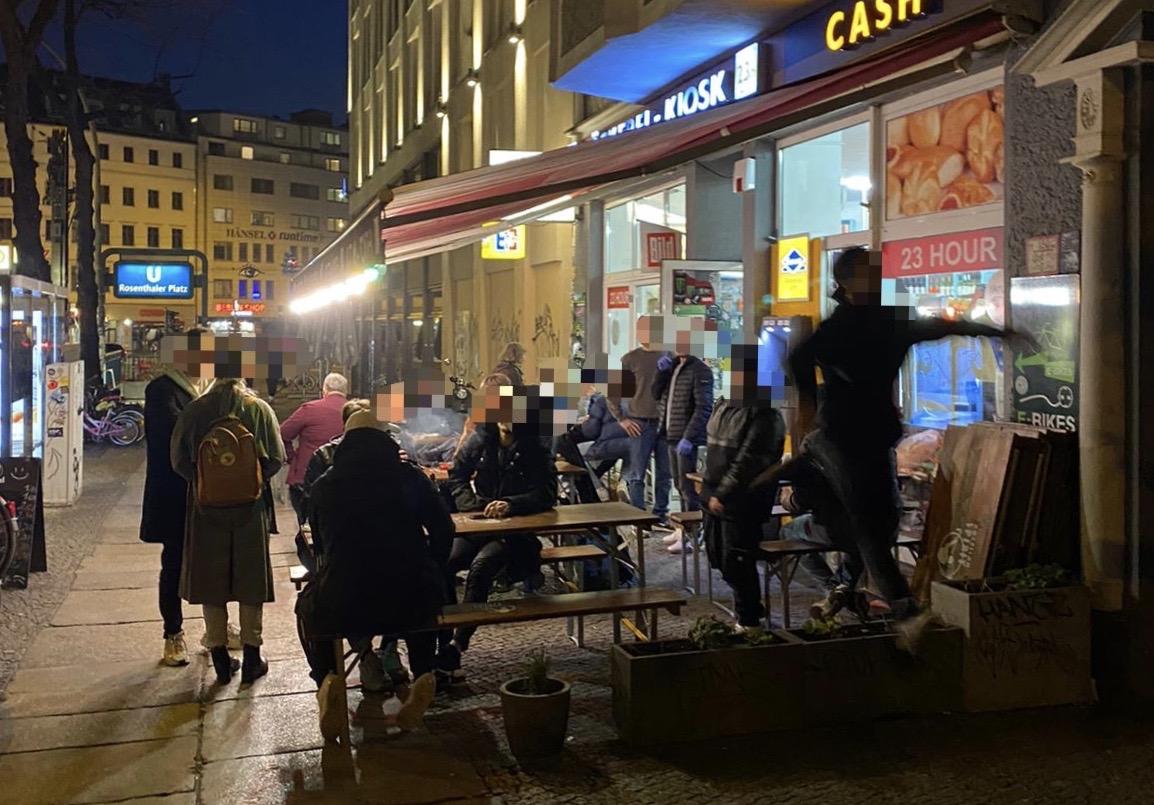 Späti und Corona: Gäste vor einem geöffneten Geschäft – bitte gehen Sie weiter. Foto: tip berlinb