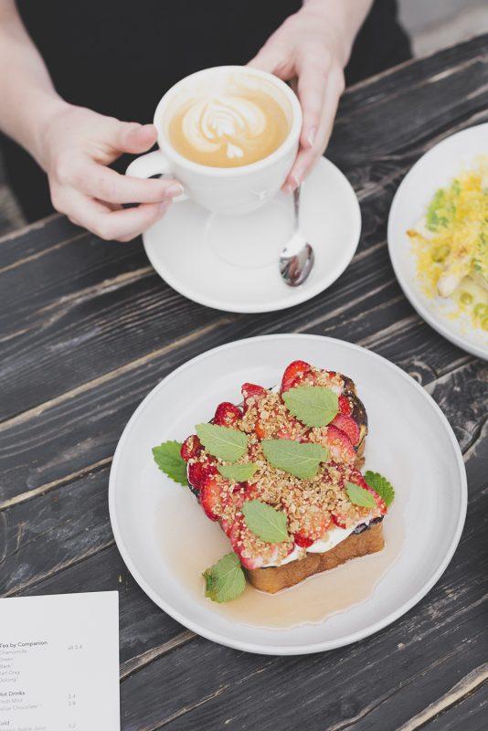 Draußensitzen für Genießer mit Hunger: Hipster-Brunch mit Sonnenschein gibt es im annelies nahe dem Görli.