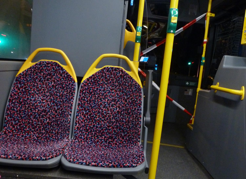 Absperrung im BVG-Bus. Wegen der Angst vor dem Corona-Virus ist der Bereich im vorderen teil des Busses gesperrt.