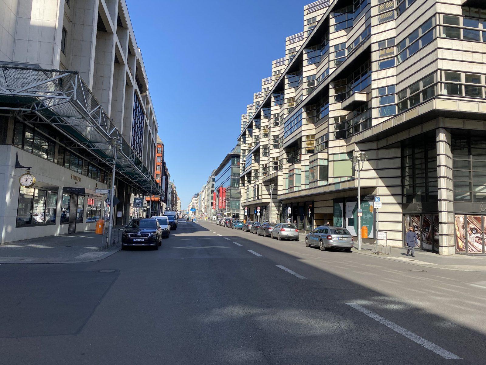 Corona-Spaziergang Mitte: Die Friedrichstraße ist in großen Teilen verwaist,