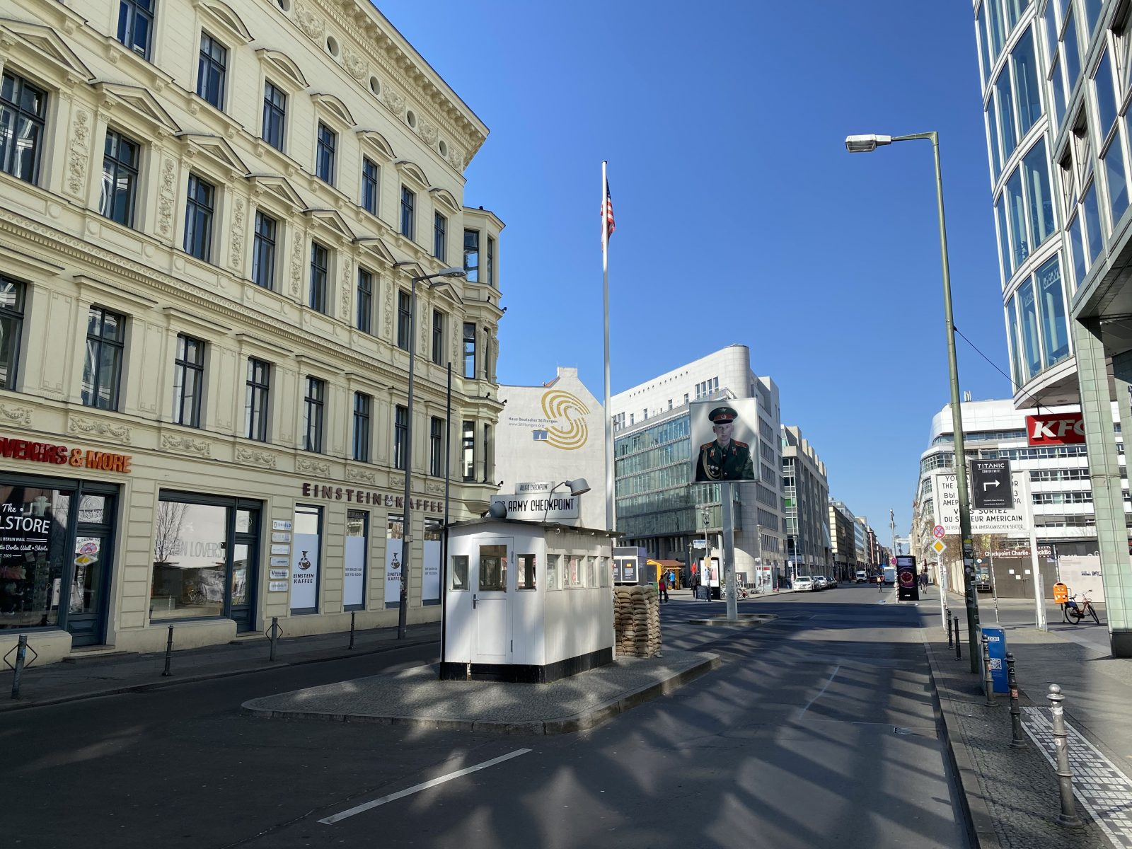 Corona-Spaziergang in Mitte: Checkpoint Charlie mal ohne Touristen.