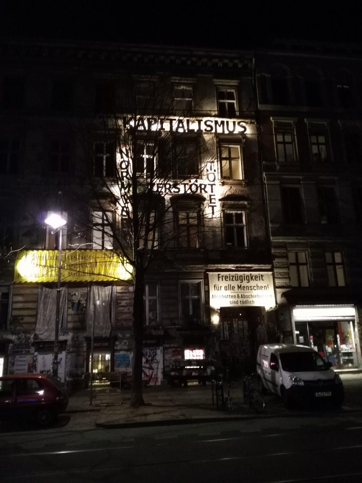 """""""Tuntenhaus"""" in der Kastanienallee: leuchtende Buchstaben in der Nacht. Foto: Erik Heier"""