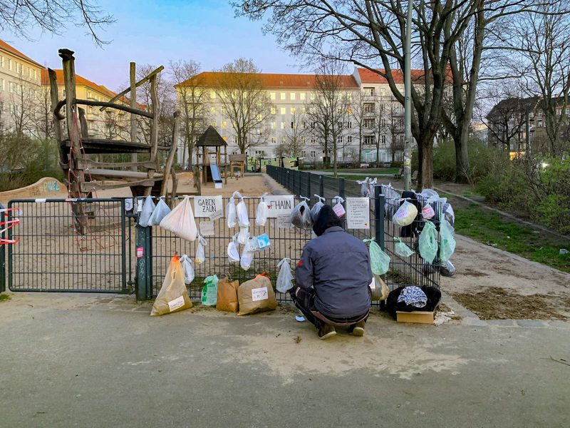 Obdachlose trifft die Corona-Krise besonders hart. Aber die Berliner*innen zeigen Solidarität wie hier mit einem Gabenzaun in Friedrichshain. Foto: Anne Liedtke