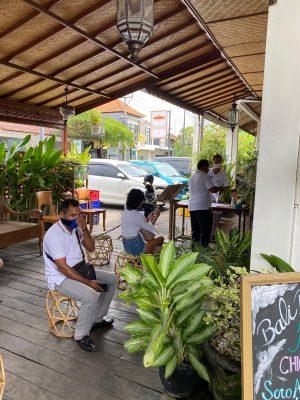 Anstehen vor einem Bio-Lebensmittelladen auf Bali.