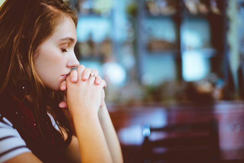 Angst vor Corona? Eine Frau ist ins sich versunken. Wir haben fünf Tipps, wie man die Ängste vor dem Virus reduzieren kann.