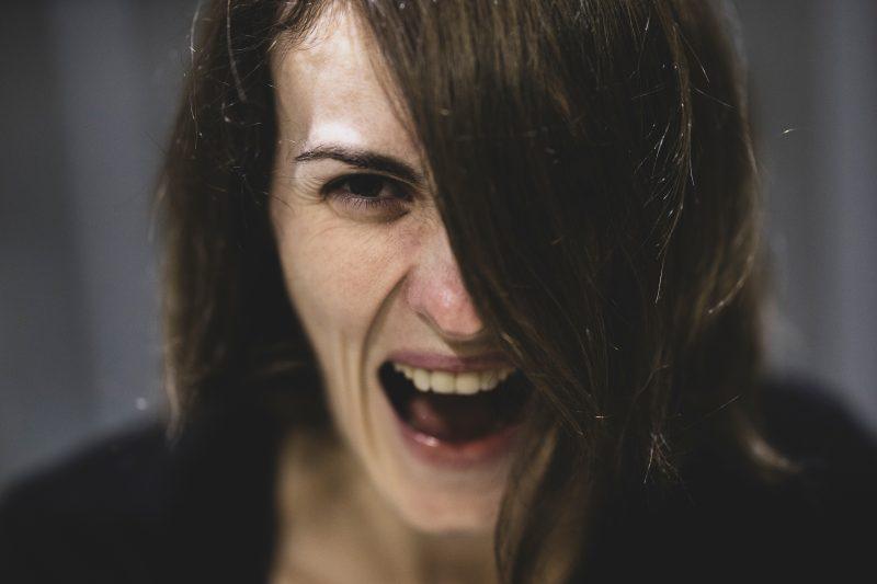 Wütende Frau schreit. Gerade während der Corona-Krise neigen viele Menschen zum Streit.