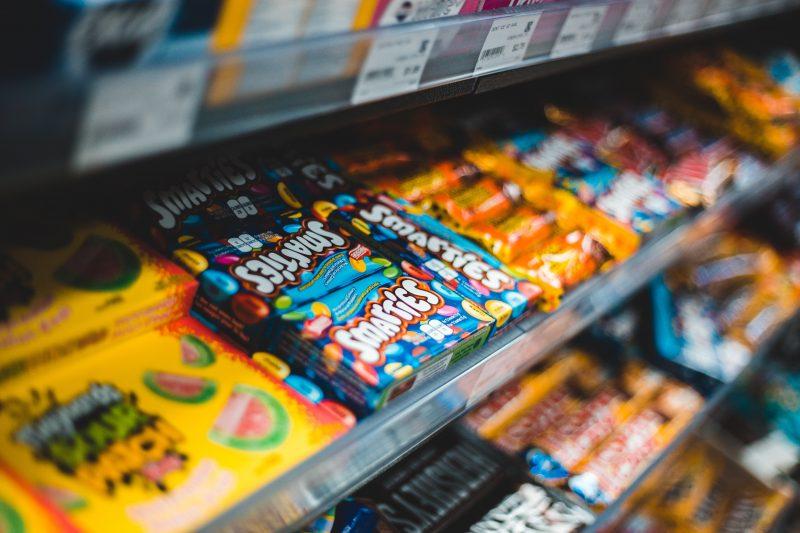 Süßigkeiten wie Schokolade und Gummibärchen heben kurzzeitig die Laune. Aber trotz Corona sollte man auf seine Ernährung achten.