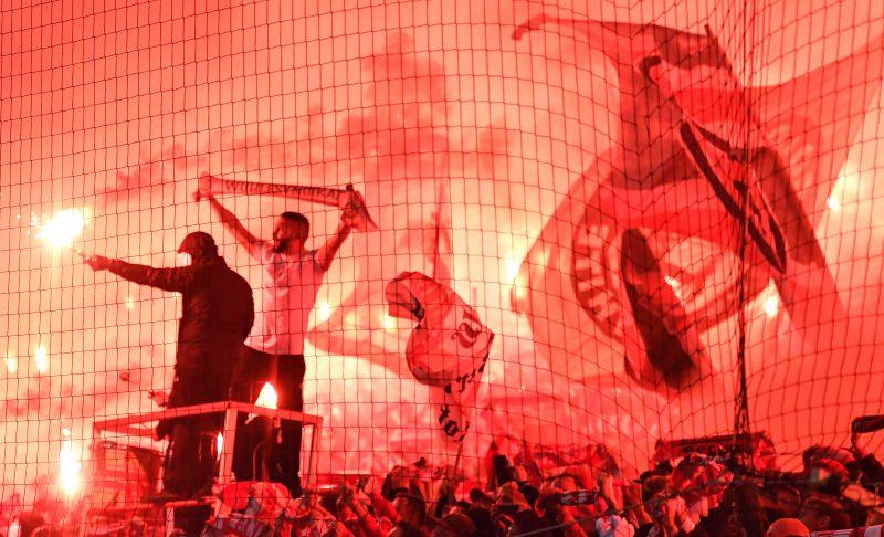 Corona-Verteilstelle Stadion: Im Duell Hertha gegen Union brennt die Pyro - in der unübersichtlichen Situation bloß nicht dem Nebenmann zu nahe kommen!