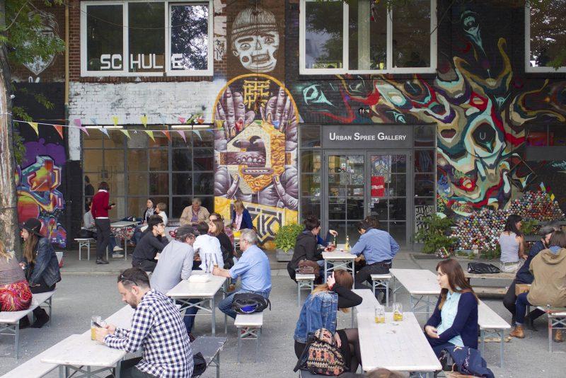 Der 900 Quadratmeter große Biergarten an der Warschauer Straße versprüht kreativen Charme.